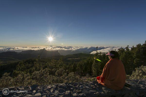 Mujer sentada mirando paisaje de Gran Canaria
