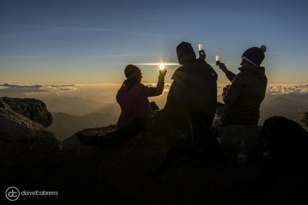 Tres personas brindan en la Cumbre de Gran Canaria