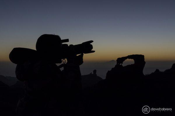 Silueta de fotógrafo con la Ventana del Nublo, el Roque Nublo y el Teide