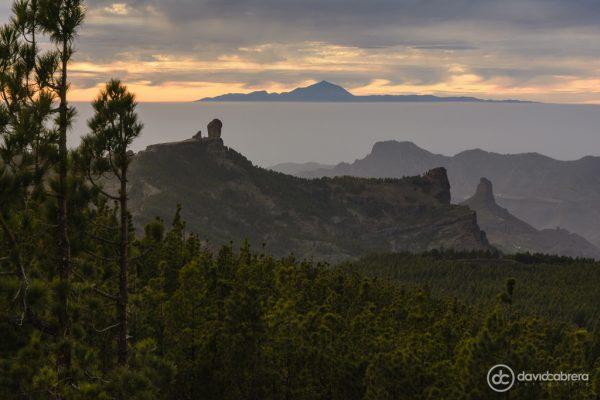 Paisaje de Gran Canaria, con el Roque Nublo, el Roque Bentayga y el Teide al fondo