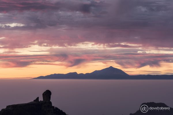 Foto del Roque Nublo y el Teide con cielo rojizo