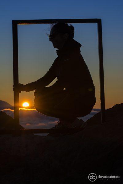Foto de silueta con el Sol al atardecer en el marco del Mirador del Pico de Las Nieves