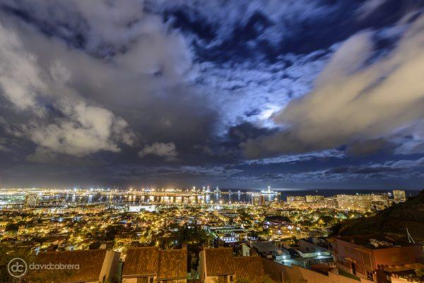 Foto de la Luna sobre Las Palmas de Gran Canaria