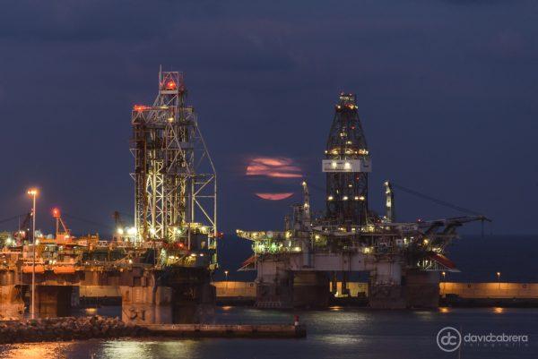 Foto de la Superluna entre las plataformas de petróleo en el Puerto de La Luz en Las Palmas de Gran Canaria