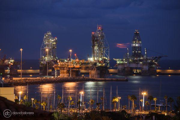 La Superluna saliendo entre las plataformas petrolíferas en Las Palmas de Gran Canaria