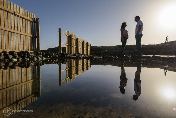 Foto de embarazo con reflejos en Salinas de Tenefé en Santa Lucía. Por David Cabrera Fotografía