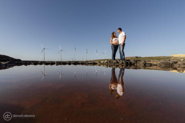 Foto de embarazo pareja con reflejos en Salinas de Tenefé en Santa Lucía. Por David Cabrera Fotografía