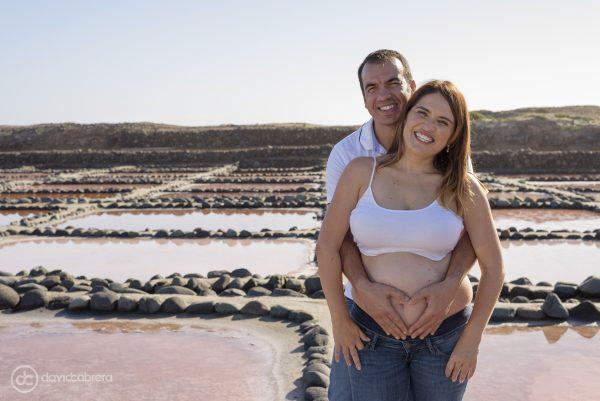 Foto de embarazo pareja abrazados. Por David Cabrera Fotografía