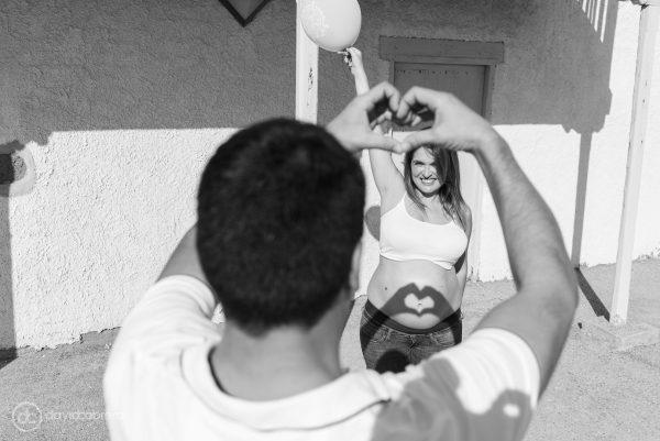 Foto de embarazo pareja formando un corazón. Por David Cabrera Fotografía