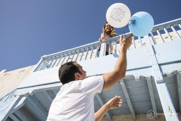 Foto de embarazo pareja con globos. Por David Cabrera Fotografía