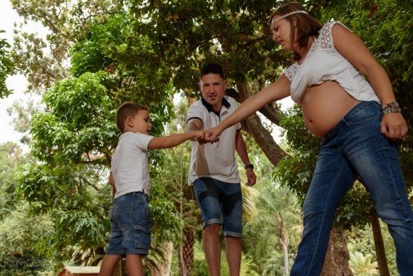 Foto familia jugando en Finca de Osorio. Sesión de Embarazo por David Cabrera Guillén