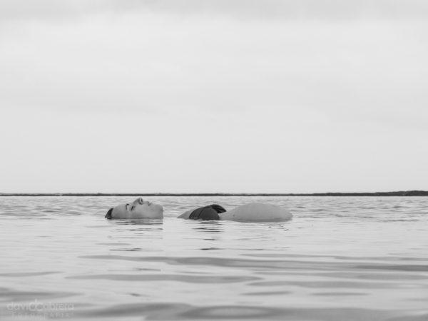 Foto de una mujer embarazada acostada el mar. Embarazo leti por David Cabrera Guillén