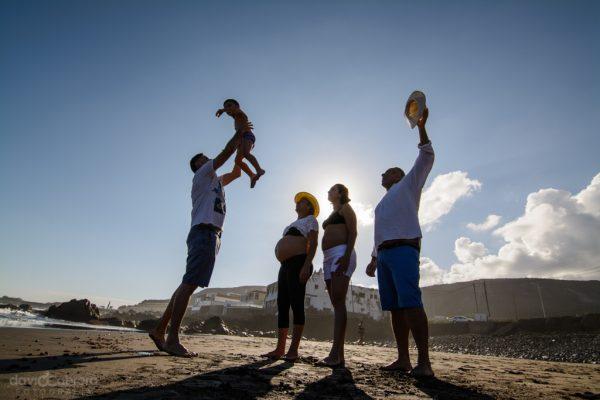 Foto familia jugando en la Playa de Quintanilla, Arucas. Sesión de Embarazo Por David Cabrera Guillén