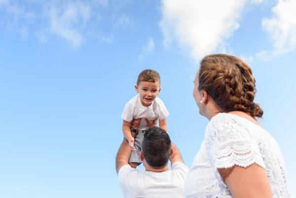 Foto de familia jugando en la Playa de Quintanilla, Arucas. Sesión maternidad por David Cabrera Guillén