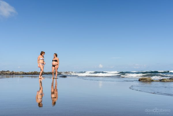 Foto hermanas embarazadas en la Playa de Quintanilla, Arucas. Por David Cabrera Guillén