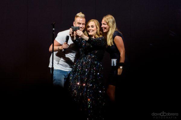 Foto de Adele haciendo un selfie con fans en Amstedam 2016. Por David Cabrera Guillén