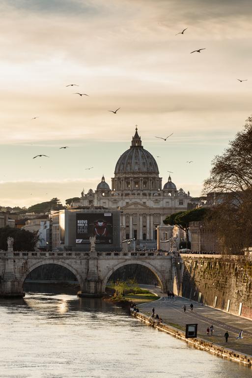 Cúpula de San Pedro del Vaticano desde el Tíber