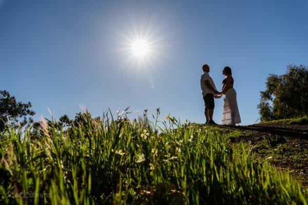 Foto de pareja embarazada a contraluz en Tejeda. por David Cabrera Guillén