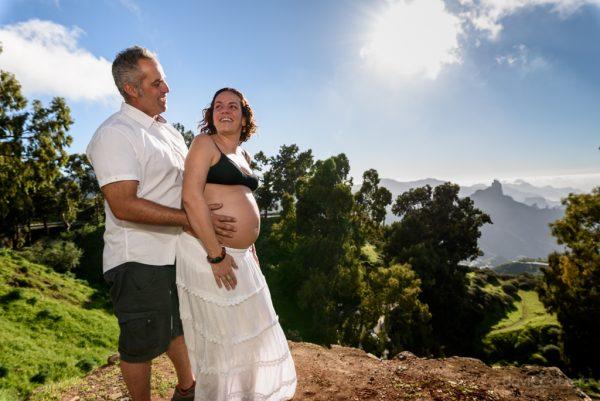 Foto pareja, embarazada en Tejeda con Roque Bentayga al fondo. Por David Cabrera Guillén