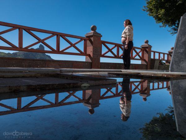 Foto mujer embarazada con reflejo y el Roque Bentayga en Tejeda. Por David Cabrera Guillén