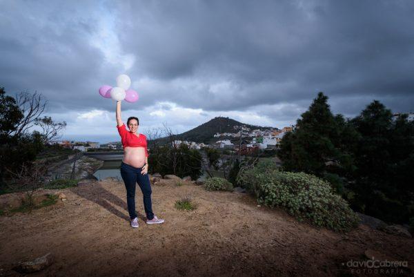Foto maternidad de Cori juega con globos. Por David Cabrera Guillén