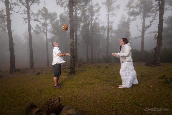 Pareja jugando al baloncesto en la Cumbre de Gran Canaria. Por David Cabrera Guillén