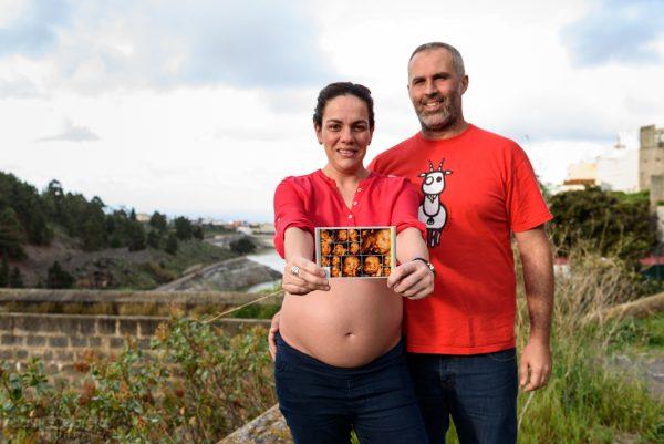 Foto maternidad de Cori. Padres mostrando ecografía de bebé. Por David Cabrera Guillén