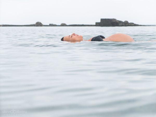 Foto de una mujer embarazada en el mar. Embarazo leti por David Cabrera Guillén