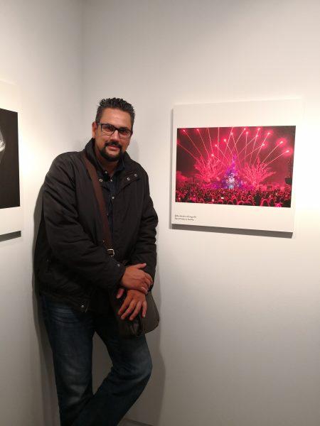 David Cabrera Guillén junto a la foto Roja Fantasía